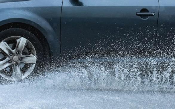 Lakukan 4 Hal Ini Agar ban Mobil Tidak Mengalami Aquaplaning
